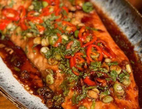 Zalm terriyaki uit de oven, gebakken rijst, en gewokte groente