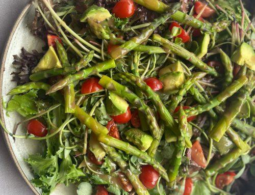 Salade postelein, mesclun, groene asperge, avocado, tomaat